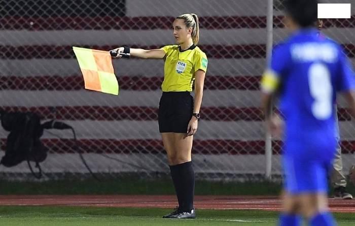Tìm hiểu về Luật bóng đá sân trong